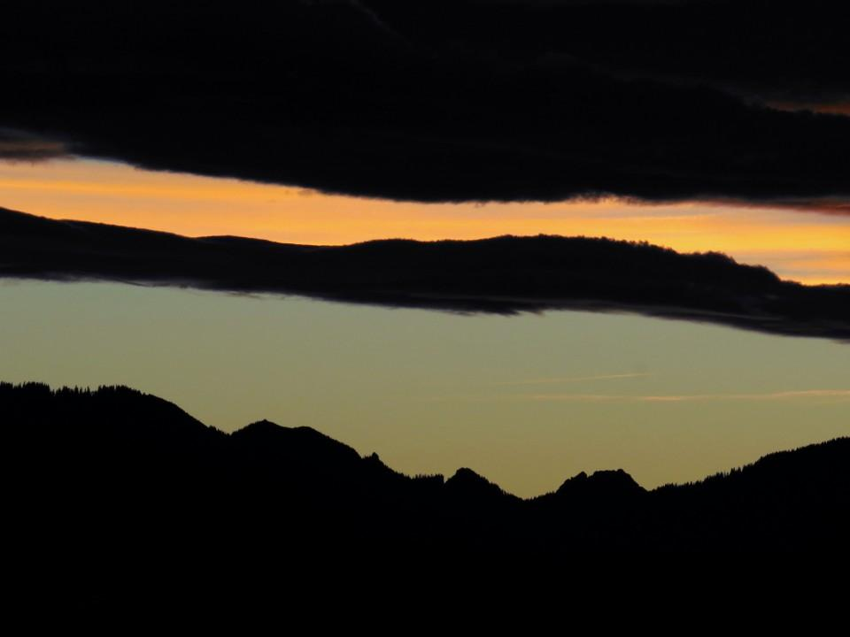 Stimmungsvoller Sonnenuntergang im Bayerischen Oberland