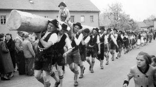 Maibaumaufstellen damals | Unser Land | BR Fernsehen
